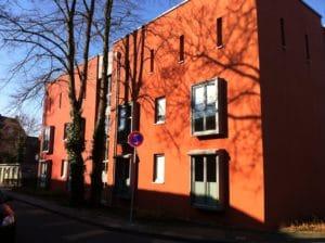rotes Gebäude Frontansicht